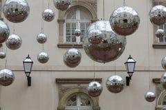 Bolas de discoteca como decoración de la calle Fotos de archivo