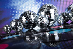 Bolas de discoteca, ondas acústicas y fondo de la música Foto de archivo
