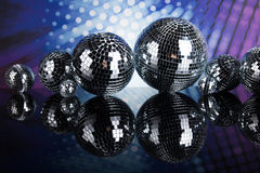Bolas de discoteca, ondas acústicas y fondo de la música Imagenes de archivo