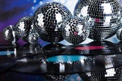 Bolas de discoteca, ondas acústicas y fondo de la música Imagen de archivo libre de regalías