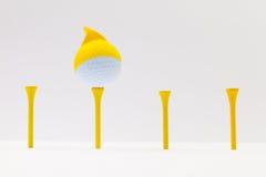 Bolas de golfe brancas com tampão engraçado Conceito engraçado do golfe Fotografia de Stock Royalty Free
