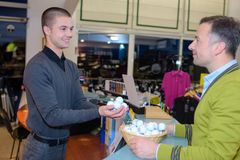 Bolas de golfe de compra na loja Fotos de Stock
