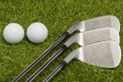 Bolas de golfe e clubes de golfe Fotografia de Stock Royalty Free