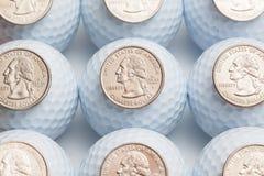Bolas de golfe e moedas Foto de Stock