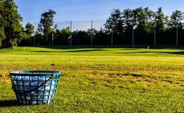 Bolas de golfe na manhã Sun Fotografia de Stock