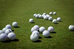 Bolas de golfe no gramado Imagens de Stock