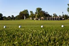 Bolas de golfe no verde da prática Foto de Stock Royalty Free
