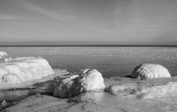 Bolas de hielo de la orilla del lago Chicago BW Imagen de archivo