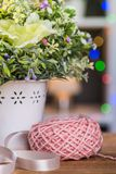 Bolas de hilos para obras de punto en la cesta Fotografía de archivo libre de regalías