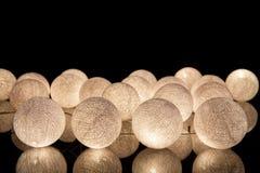 Bolas de incandescência brancas em um fundo preto Festão de incandescência na noite Círculos coloridos no fundo fotos de stock