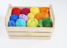 Bolas de lã coloridas do fio As bolas do fio estão na cesta needlework Imagem de Stock