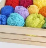 Bolas de lã coloridas do fio As bolas do fio estão na cesta needlework Imagens de Stock Royalty Free