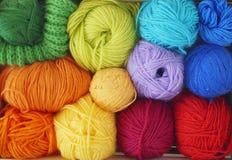 Bolas de lã coloridas do fio As bolas do fio estão na cesta needlework Foto de Stock
