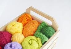 Bolas de lã coloridas do fio As bolas do fio estão na cesta needlework Fotografia de Stock Royalty Free