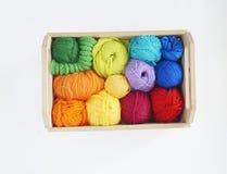 Bolas de lã coloridas do fio As bolas do fio estão na cesta needlework Imagem de Stock Royalty Free