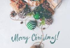 Bolas de la cesta del regalo de la Feliz Navidad del vintage entonadas Fotos de archivo libres de regalías