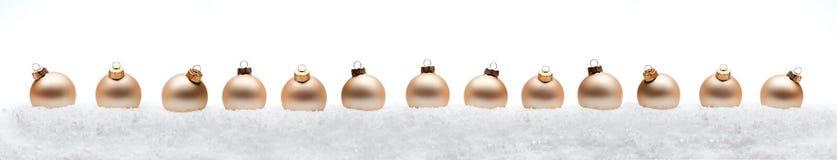 Bolas de la composición del Año Nuevo de la Navidad con la línea de nieve backg del blanco Imagen de archivo libre de regalías