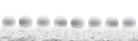 Bolas de la composición del Año Nuevo de la Navidad con la línea de nieve backg del blanco Fotos de archivo