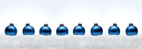 Bolas de la composición del Año Nuevo de la Navidad con la línea de nieve backg del blanco Foto de archivo libre de regalías