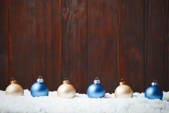 Bolas de la composición del Año Nuevo de la Navidad con la línea de nieve parte posterior de madera Fotos de archivo libres de regalías