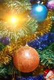 Bolas de la decoración en el árbol de navidad Imagen de archivo libre de regalías