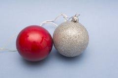 Bolas de la Navidad - adorno en fondo azul Fotos de archivo