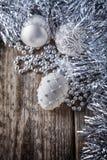 Bolas de la Navidad blanca en un fondo de madera Fotos de archivo