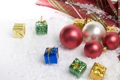 Bolas de la Navidad, cajas de regalo y nieve Imágenes de archivo libres de regalías
