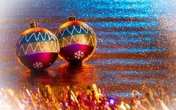 Bolas de la Navidad de colores intensos, en fondos brillantes imagenes de archivo