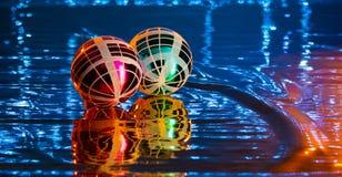 Bolas de la Navidad de colores intensos, en fondos brillantes imágenes de archivo libres de regalías