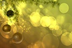 Bolas de la Navidad con el árbol de abeto verde en fondo verde del bokeh Fotografía de archivo
