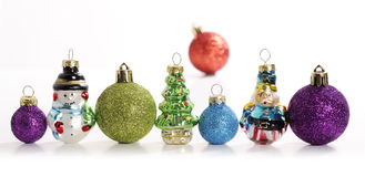 Bolas de la Navidad con el árbol de navidad Foto de archivo libre de regalías
