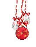 Bolas de la Navidad con el arco rojo aislado en el fondo blanco Fotografía de archivo