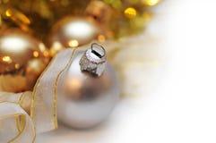 Bolas de la Navidad con el fondo de la falta de definición Foto de archivo libre de regalías