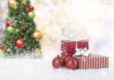 Bolas de la Navidad con la caja y el copo de nieve de regalo en el árbol de navidad Imagen de archivo libre de regalías
