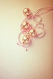 Bolas de la Navidad con la cinta del satén Foto de archivo