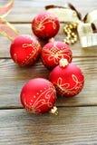 Bolas de la Navidad con la cinta en los tableros de madera Foto de archivo libre de regalías