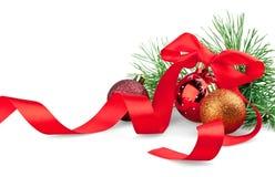 Bolas de la Navidad con la cinta y el árbol de navidad Fotografía de archivo libre de regalías