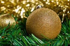 Bolas de la Navidad con la rama verde del abeto Fotografía de archivo libre de regalías