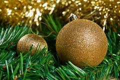 Bolas de la Navidad con la rama verde del abeto Foto de archivo libre de regalías