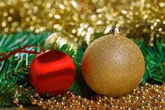 Bolas de la Navidad con la rama verde del abeto Fotos de archivo libres de regalías