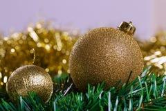 Bolas de la Navidad con la rama verde del abeto Fotos de archivo