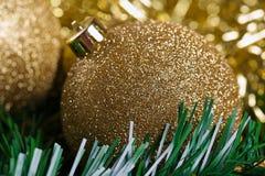 Bolas de la Navidad con la rama verde del abeto Imagenes de archivo