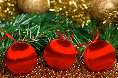 Bolas de la Navidad con la rama verde del abeto Imágenes de archivo libres de regalías
