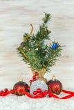 Bolas de la Navidad con las ramas y el copo de nieve del abeto en fondo de madera Imágenes de archivo libres de regalías