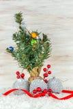 Bolas de la Navidad con las ramas y el copo de nieve del abeto en fondo de madera Foto de archivo libre de regalías