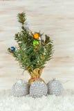 Bolas de la Navidad con las ramas y el copo de nieve del abeto en fondo de madera Fotografía de archivo