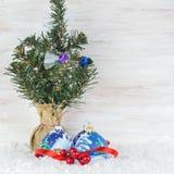 Bolas de la Navidad con las ramas y el copo de nieve del abeto en fondo de madera Foto de archivo