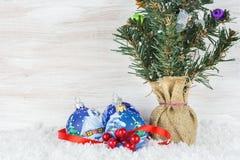 Bolas de la Navidad con las ramas y el copo de nieve del abeto en fondo de madera Fotografía de archivo libre de regalías