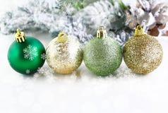 Bolas de la Navidad con los copos de nieve Fotografía de archivo libre de regalías